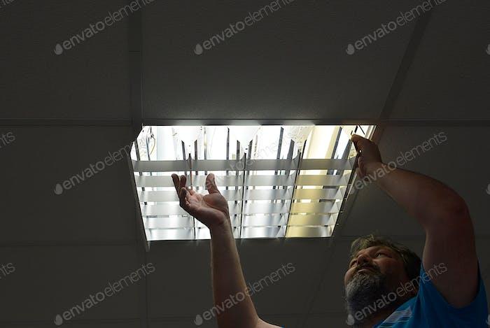man tauscht Neon-Leuchtstofflampen