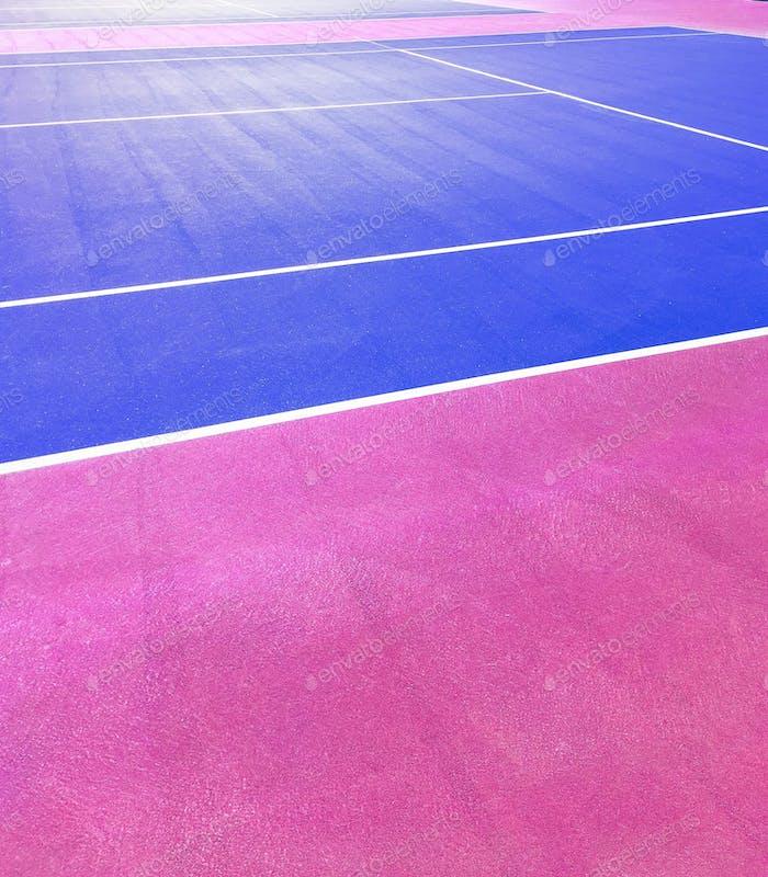 Hot Pink und Kobaltblau abgeschnittenes Foto von Tennisplätzen.