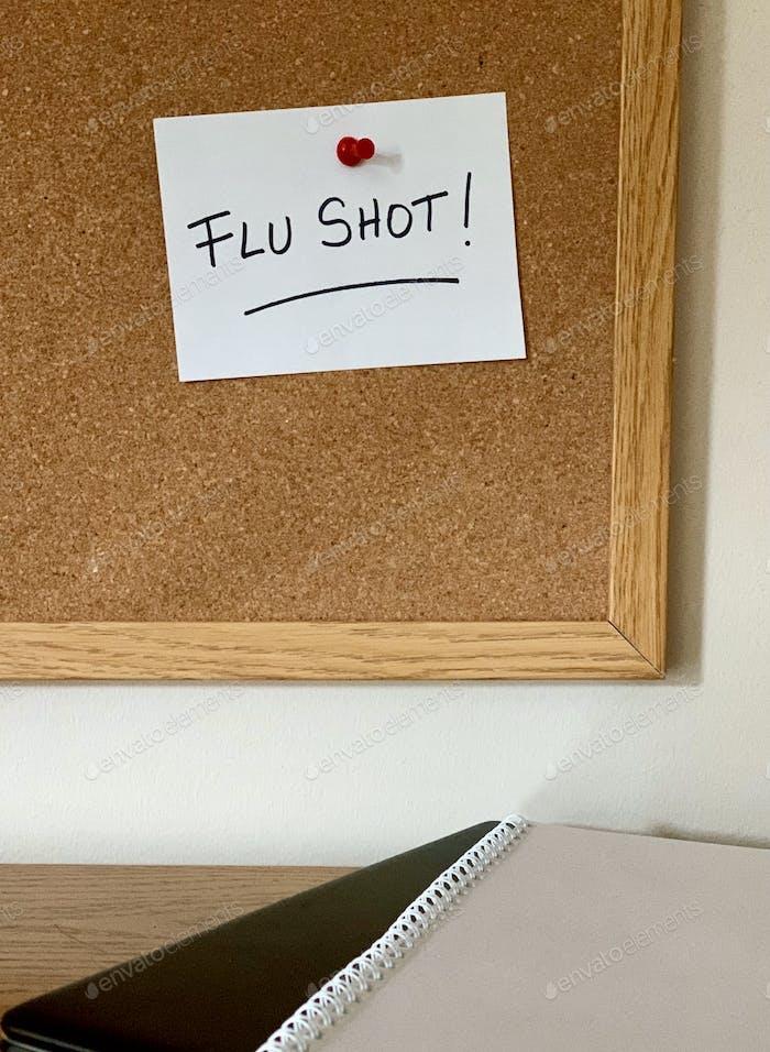Erinnerungsnotiz zur Erinnerung an die Korkplatte des Schülers, um den Grippe-Impfstoff vor Beginn der Grippesaison zu erhalten