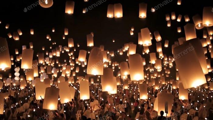CHIANG MAI, THAILAND - 3. OKTOBER 2017 Gruppe von Menschen starten eine Himmelslaterne in der Nacht des Jahres