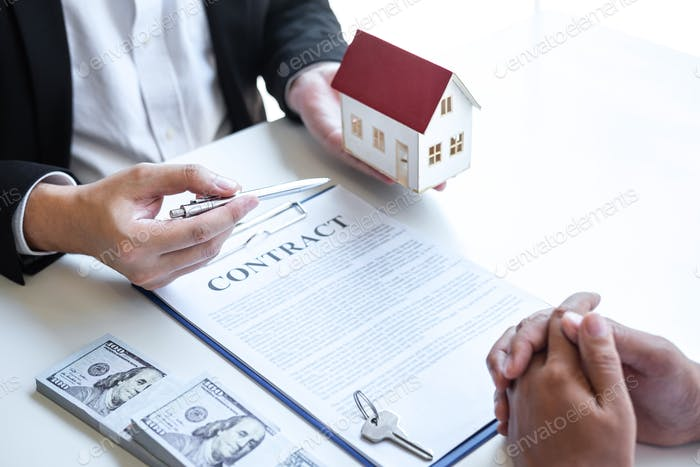 Estate agent broker reach contract form and presentation to client signing agreement contract real