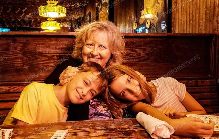 Oma butting Köpfe mit den Zwillingen in einem Restaurant...