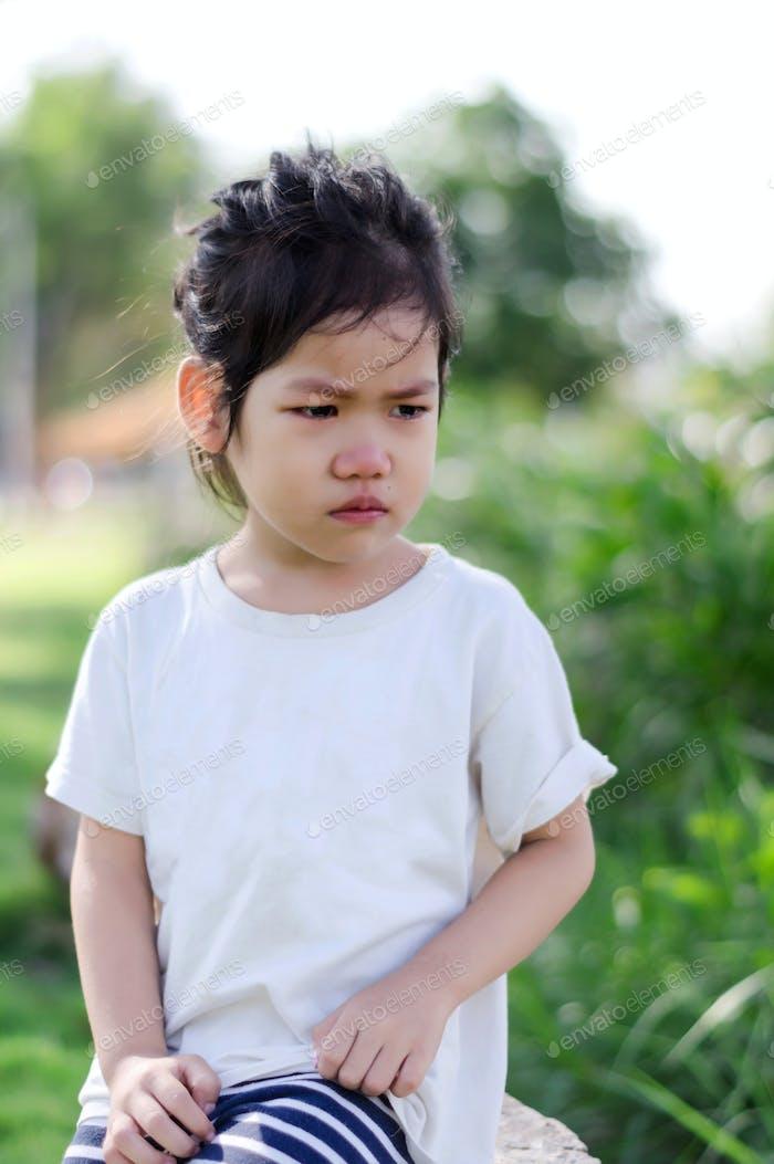 Una chica en triste emocional