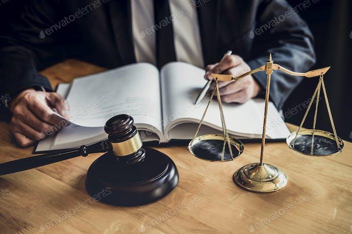 Abogado o juez profesional masculino que trabaja con documentos de contrato
