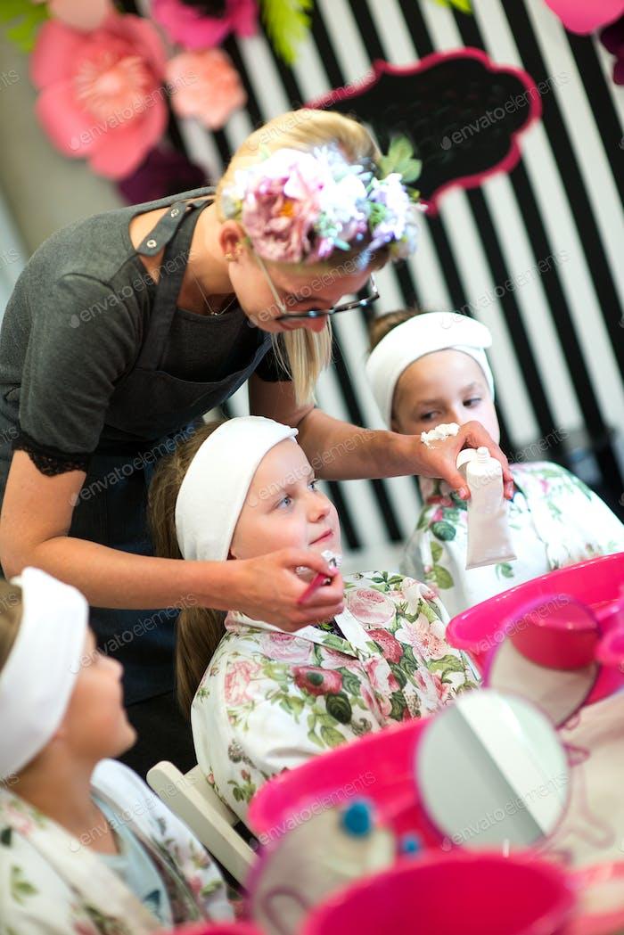 Mädchen genießen die Aufregung einer Geburtstagsparty bei einem Kind