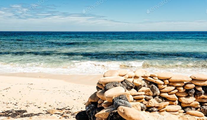Hermosa playa, mar y cielo azul. Playa de Corralejo en Fuerteventura, Islas Canarias. España.