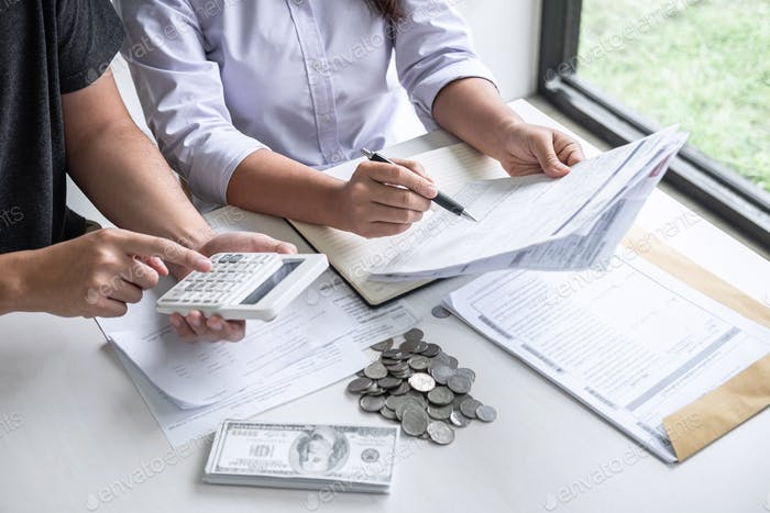 Imágenes de marido y esposa utilizando calculadora para calcular las facturas de recibo de gastos de varios