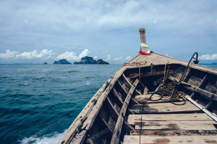 In einem thailändischen Longtail-Boot.