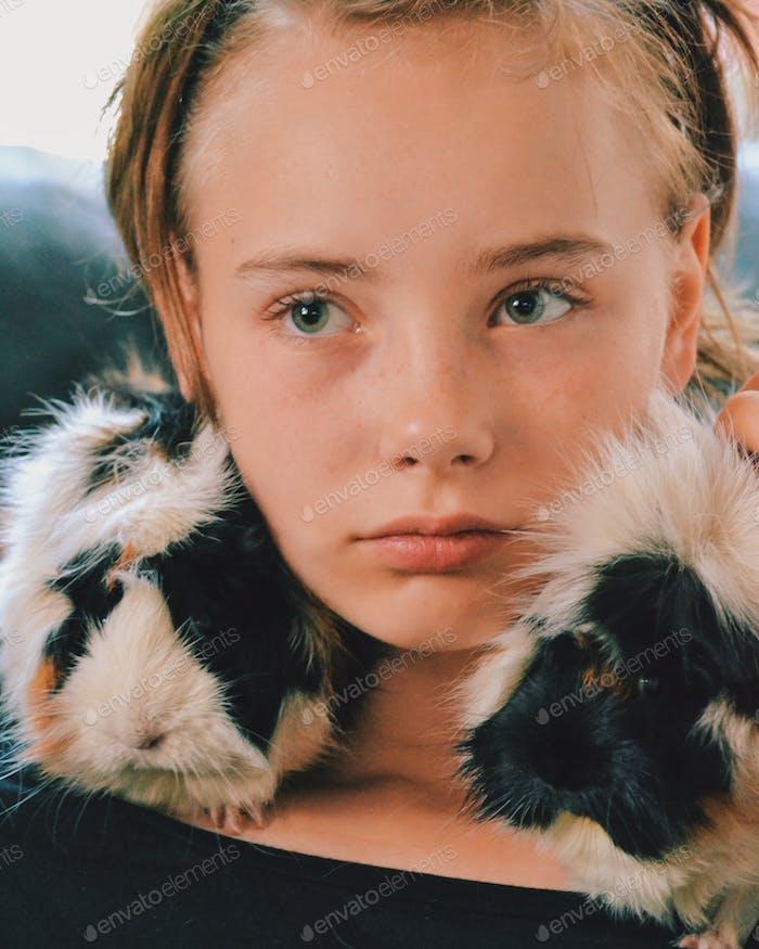 Mädchen mit ihren Meerschweinchen