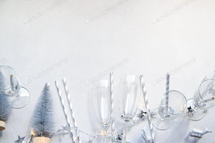 Silberne und weiße Champagnerflöte flach