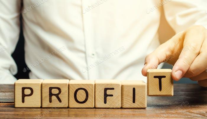 Hombre de negocios pone bloques de madera con la palabra Profit