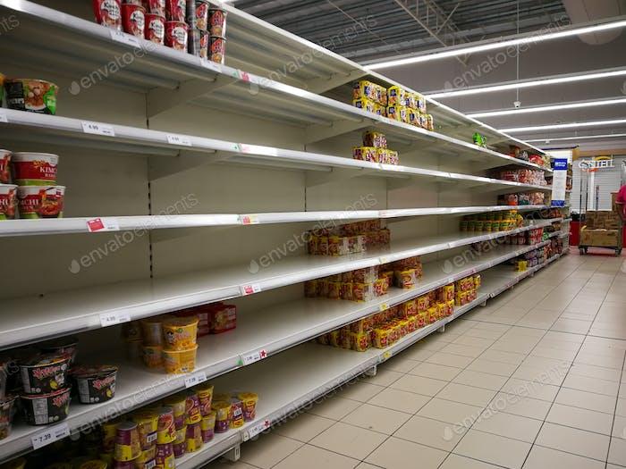 leere Regale im Supermarkt Hypermarkt, Mangel an Lieferungen