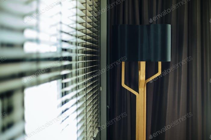 Деревянная лампа в комнате