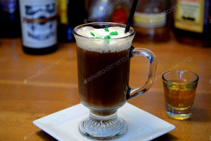 Irish Coffee Cocktail mit Irish Whiskey in einem Schnapsglas für St