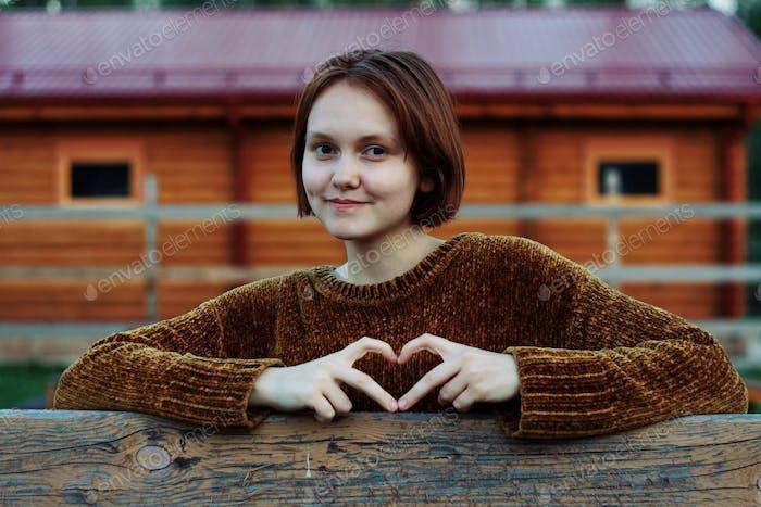 Teen Mädchen zeigt Herz