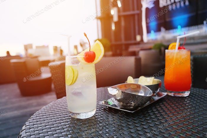 Zwei geeiste Cocktailgläser in der Bar auf der Dachterrasse für das Nachtleben