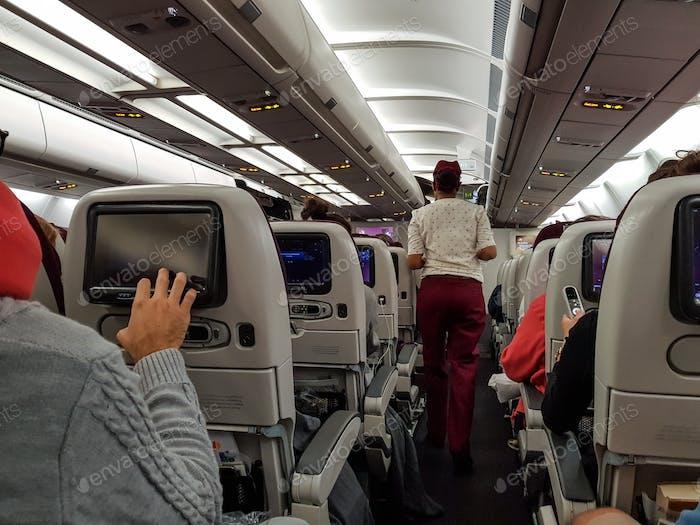 Las personas en jet de pasajeros utilizando el sistema de entretenimiento multimedia.