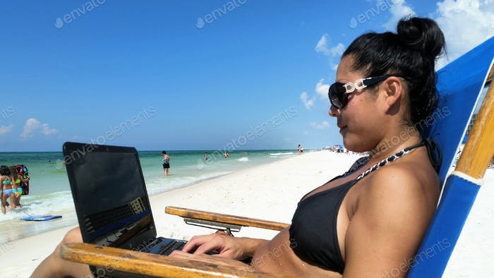 Millennial chillen am Strand mit ihrem besten Freund Mr. Laptop...