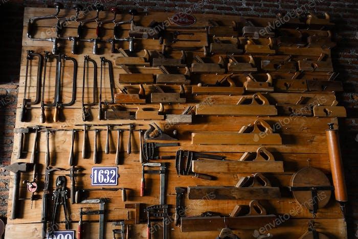 pared de equipos de madera