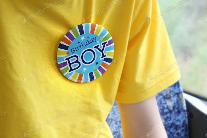 Geburtstags-Jungenabzeichen, das von Mister 12 getragen wird
