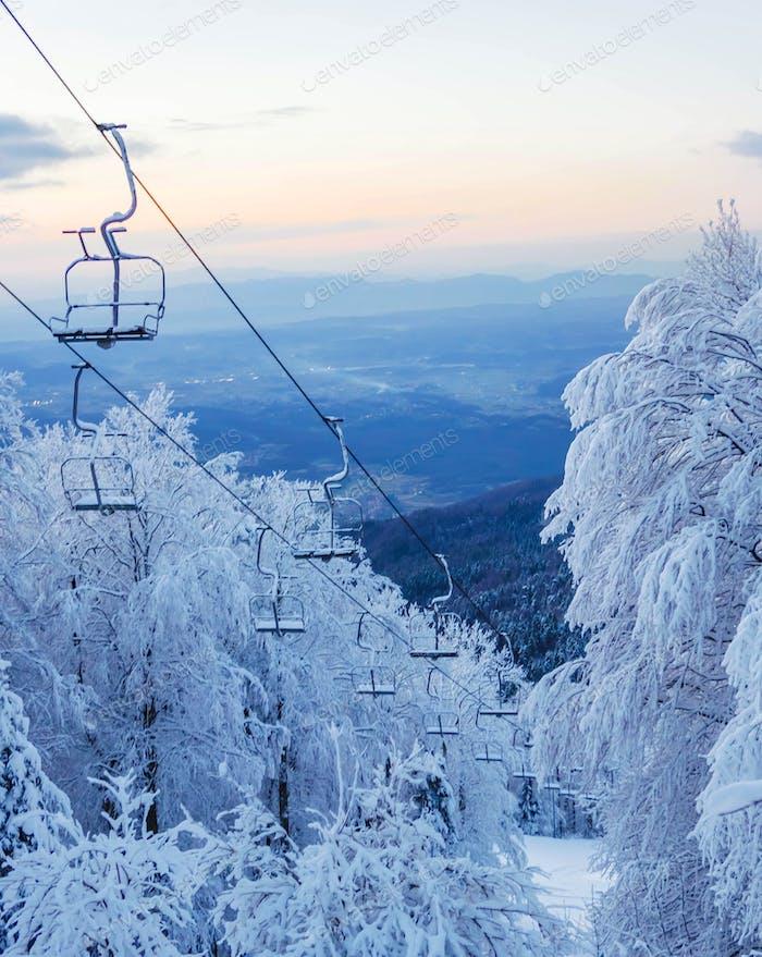 Leerer Skilift im Winter. Schnee, Winterwunderland, Skigebiet.