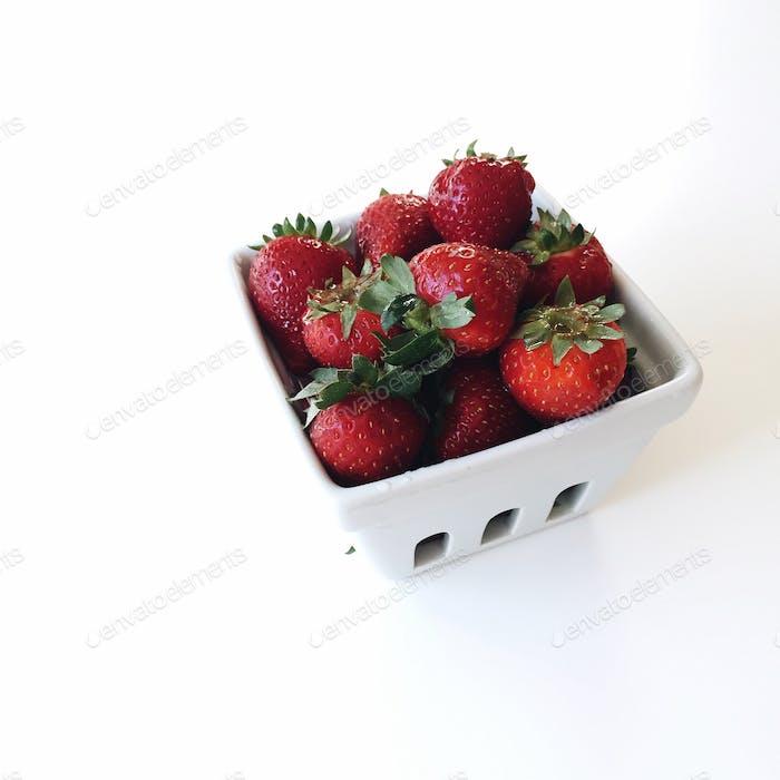 Pint Erdbeeren im Bauernmarktkorb