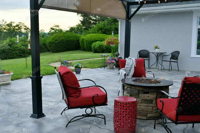 Komfortabler Wohnraum im Freien mit Gasfeuerstelle.