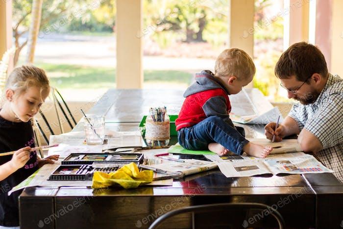 Vater und seine Kinder machen Kunst und Handwerk