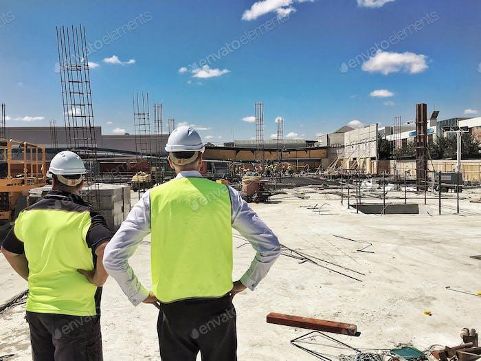Überwachung der Fortschritte auf der Baustelle...