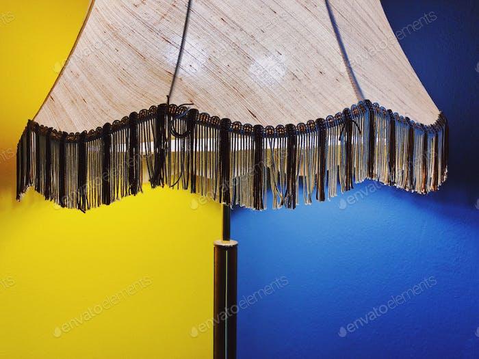 Eine wunderschöne Vintage-Lampe, die eine zweifarbige Wand erleuchtet...