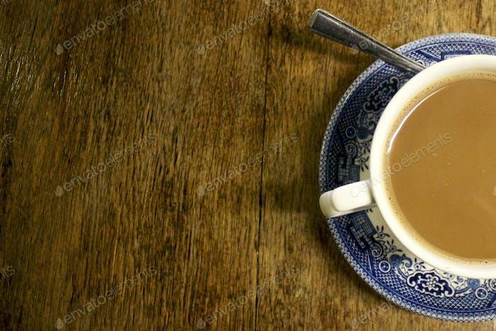 Kaffee auf blau-weißer Untertasse