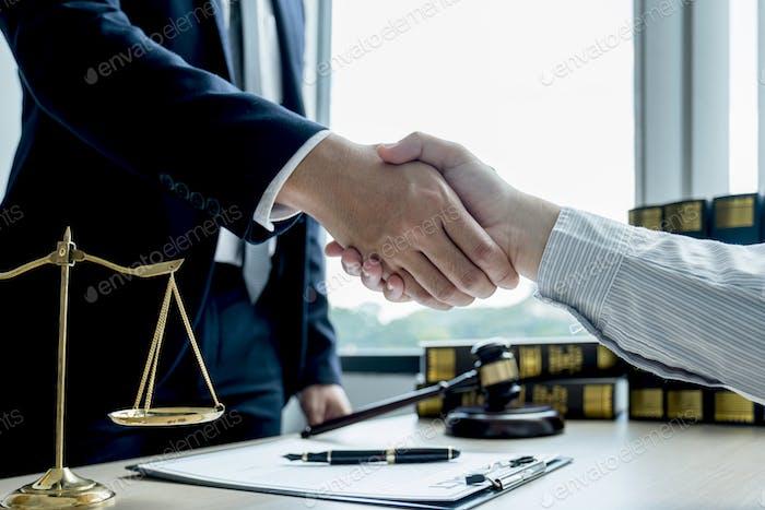 Handschlag nach Rechtsanwalt, der dem Mann im Büro einen Rechtsberatungsdienst für Geschäftsstreitigkeiten anbietet