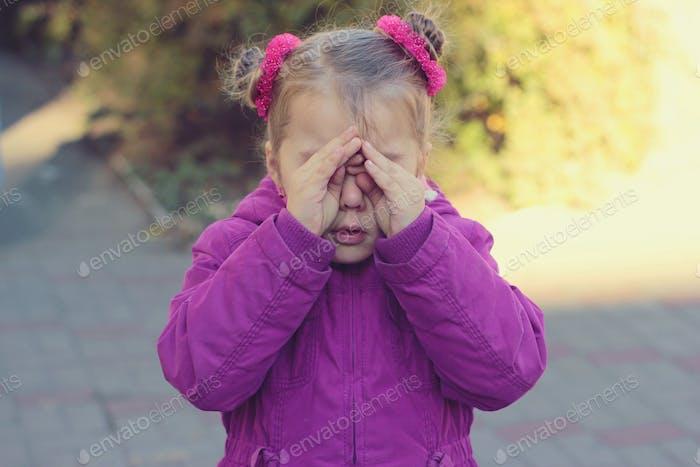 Triste llorando niña
