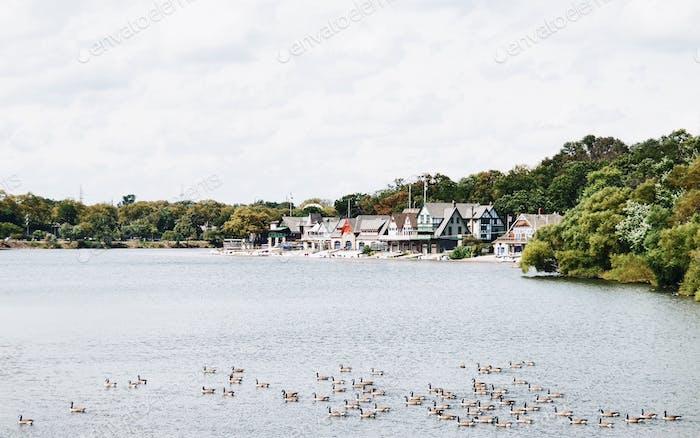 Häuser am Wasser an einem bewölkten Tag
