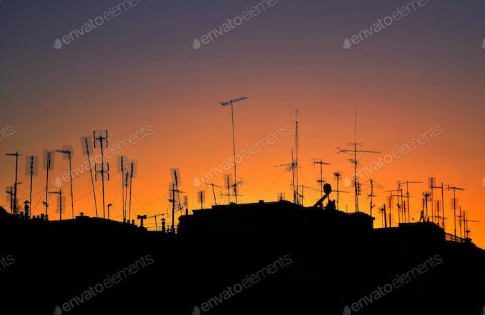 Home Aerial TV Antennen Auf dem Dach eines Gebäudes Bei Sonnenuntergang