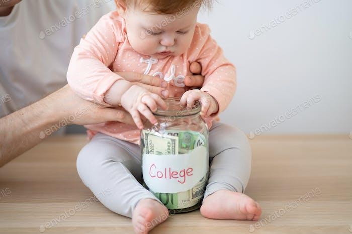 El niño tiene un banco de dinero.