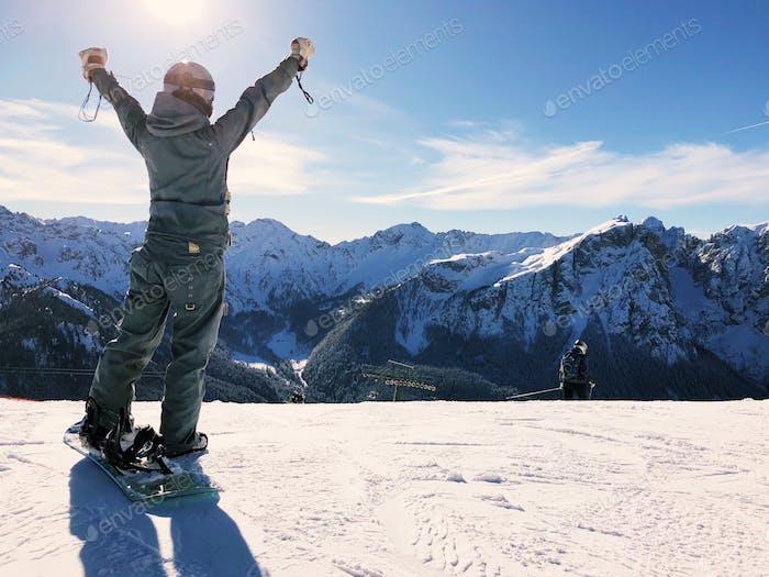 Snowboarder auf dem Gipfel des Berges.