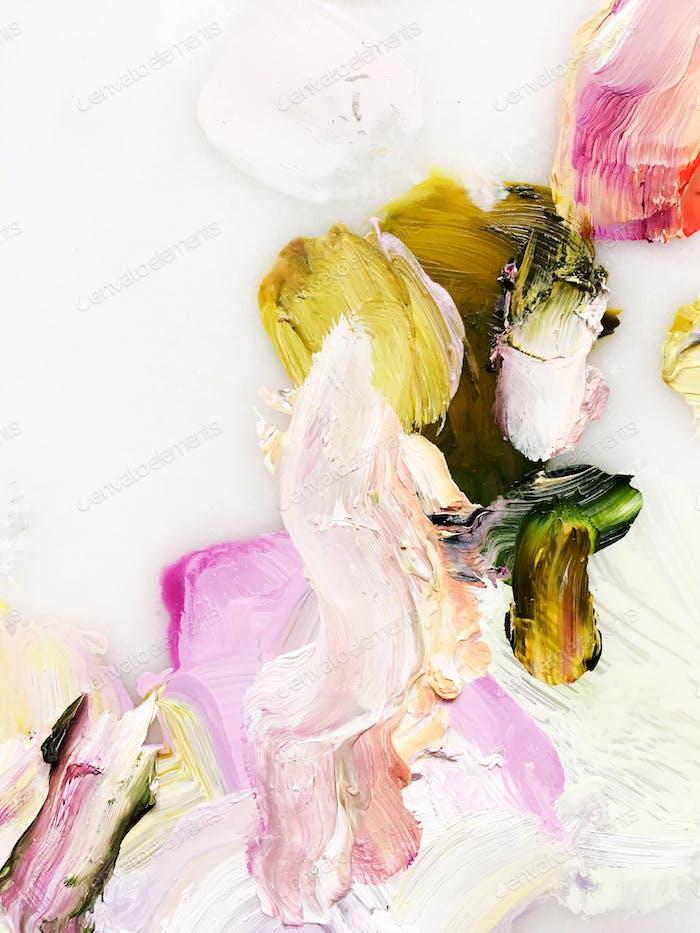 Betrachtet man einen bunten Streifen gemischter Farbstriche auf der weißen Palette eines Künstlers.
