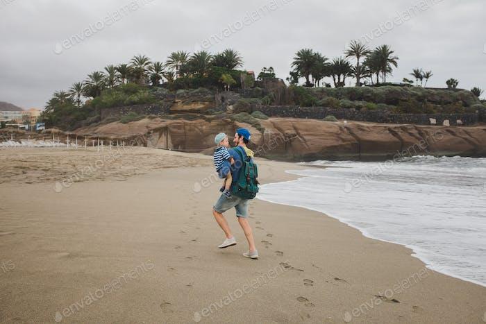 Padre e hijo juegan en la playa