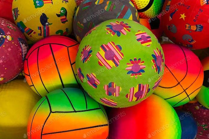Farbenfrohe Gummibälle