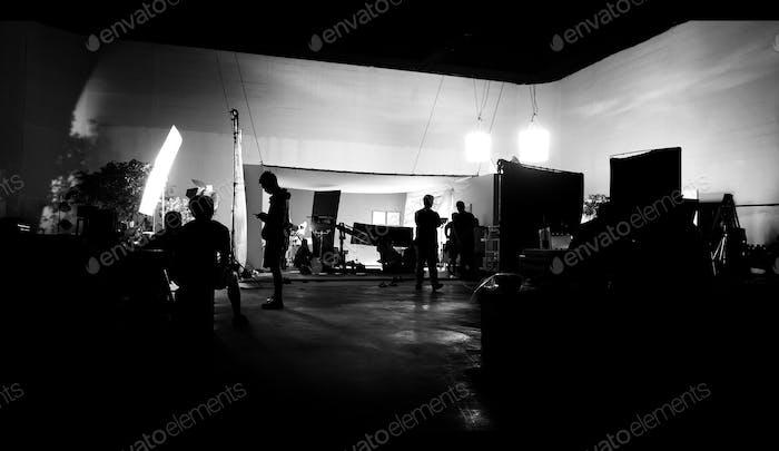 Silhoutte imágenes de producción de Vídeo e iluminación set para el rodaje de qué equipo de cine trabaja y