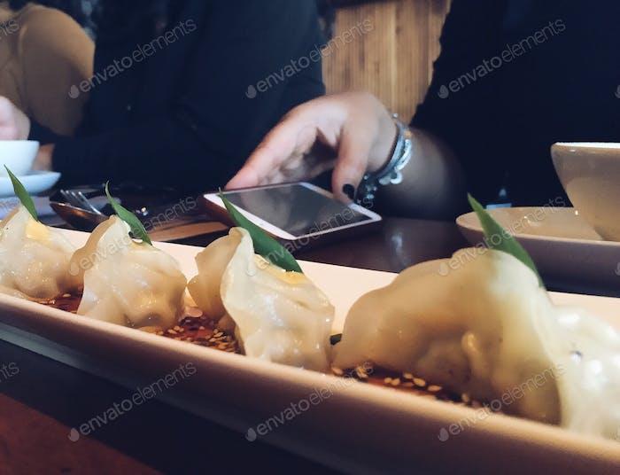 Telefon in einem Restaurant überprüfen