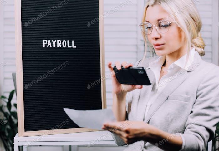 Mujer joven de negocios utiliza captura de depósitos a distancia
