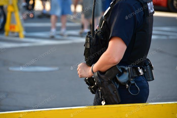 Polizist wacht hinter einer Barrikade. Polizisten, Strafverfolgungsbehörden