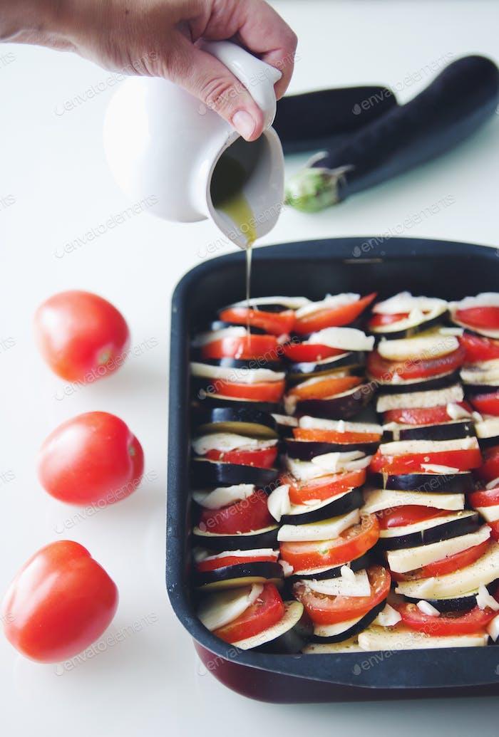 Gemüseeintopf mit Auberginen, Tomaten und Mozzarella mit würzigen