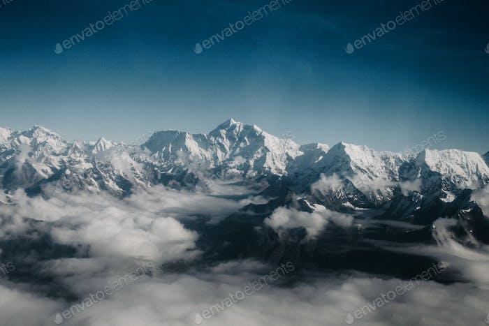 Luftaufnahme des Mount Everest und des Himalaya-Gebirges.
