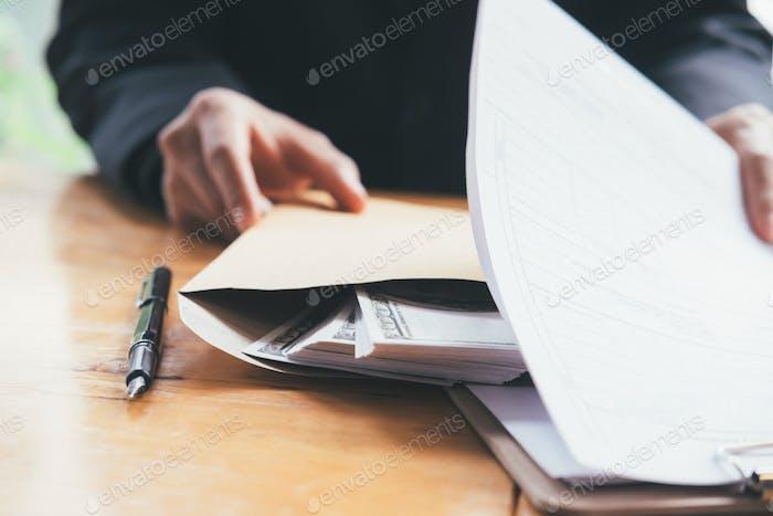 Conceptos de soborno y corrupción. Hombre de negocios recibe dinero.