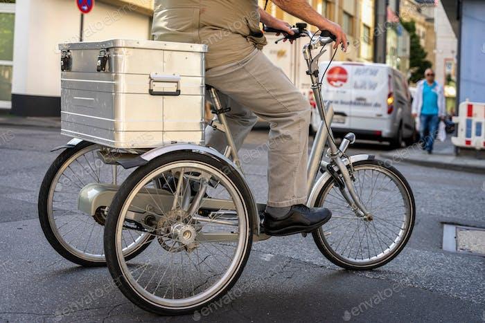 ☀ НАЗНАЧЕНА!!! ☀ Неузнаваемый мужчина ездил на трехколесном велосипеде для взрослых с задними стволами для транспортировки
