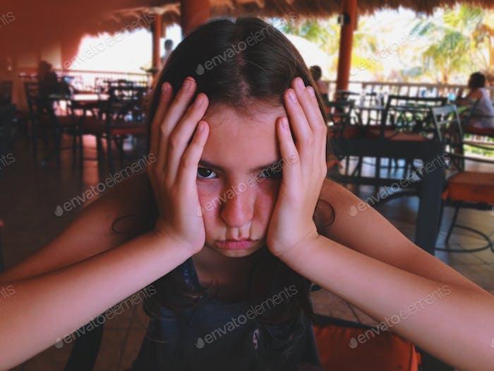 Traurig gelangweilt unglückliches Mädchen