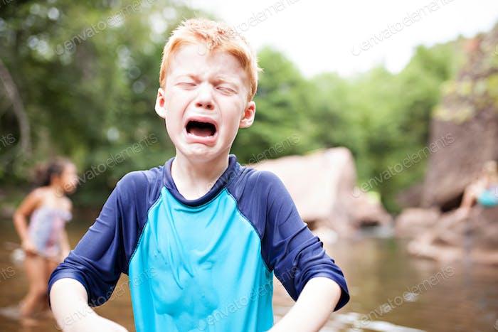 Niño lanzando una rabieta.